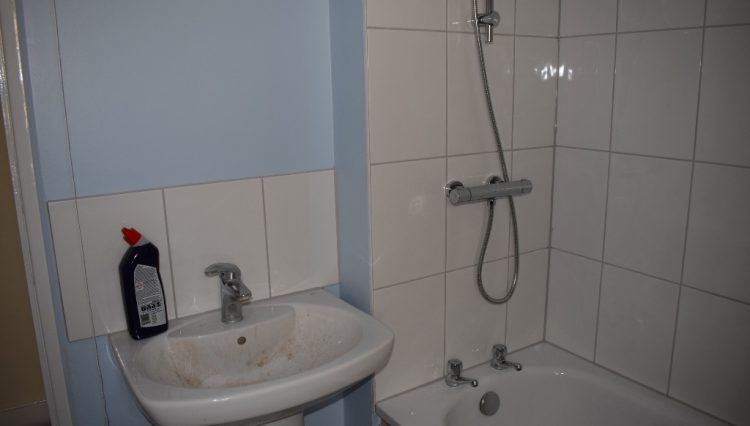 33 FOTHERINGHAM ROAD BATHROOM (2)
