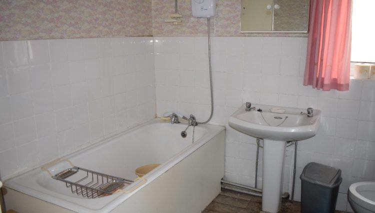 122 BURLEIGH ROAD BATHROOM